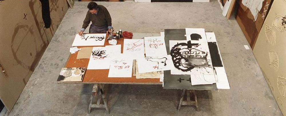 Antoni Tápies trabajando